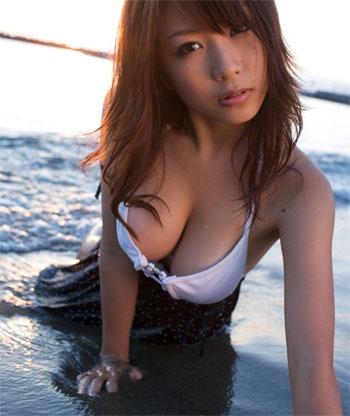 蜜糖「f罩杯」女孩「西田麻衣」换上