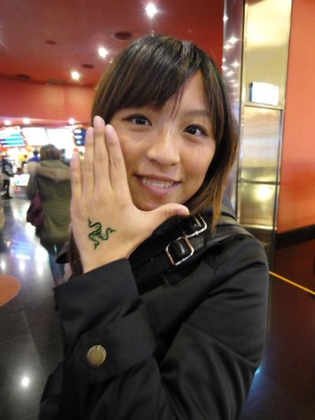 因为这次电影名称叫《龙纹身的女孩》嘛~那麼我们来个「小龙」上身